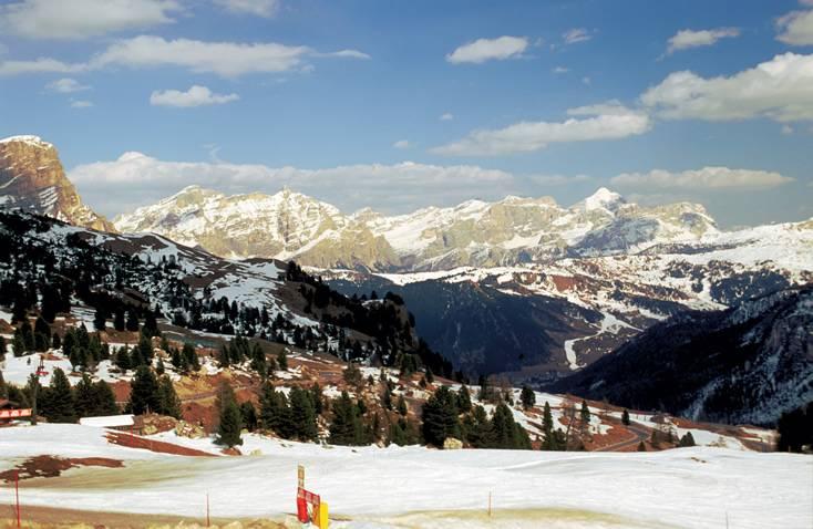 A região do Tirol do Sul, na fronteira com a Suíça e a Áustria, é cercada pelos picos nevados das Dolomitas do norte e é chamada de Selva di Val Gardena.  Muitas belezas naturais, longas encostas e pequenos hotéis de montanha típicos e confortáveis dão a esta parte da Itália um encanto especial.