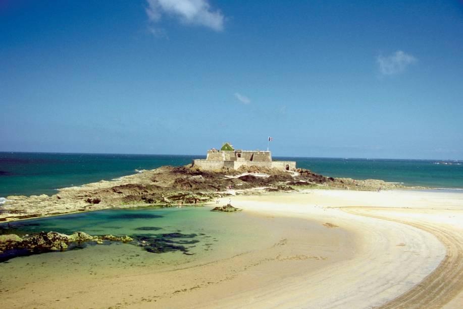 Castelo de areia na praia de Grand Bey