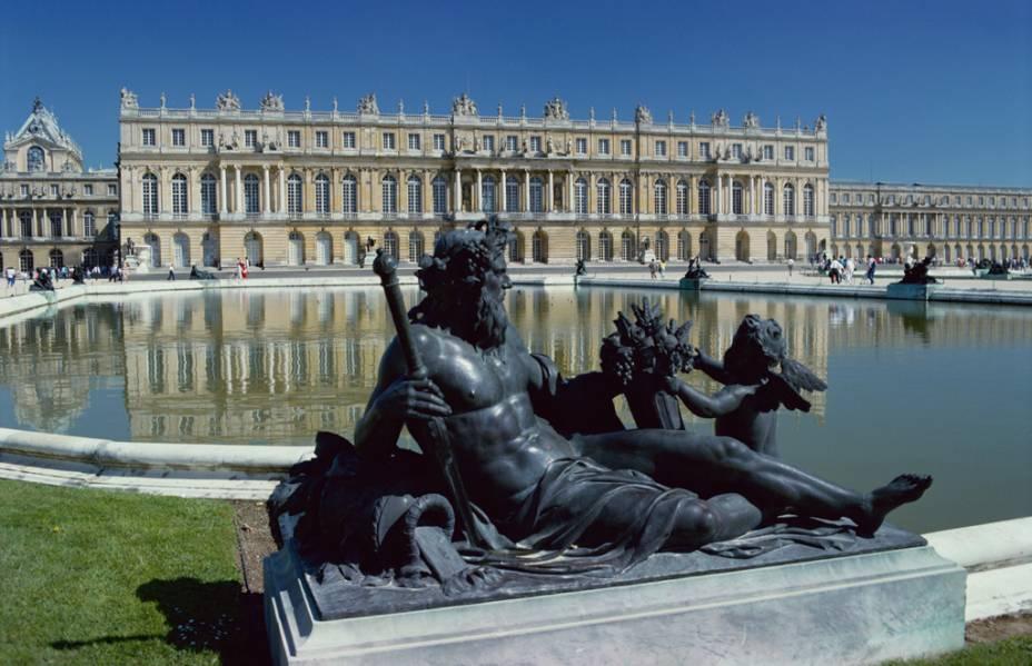 Versalhes, o maior e mais famoso castelo da França, é um retrato do exagero delirante e da extrema sofisticação da nobreza que governou o país por séculos.