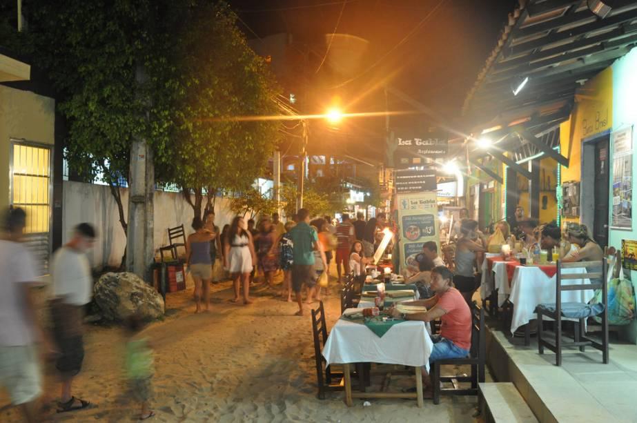 As barracas e bares da Rua Caminho da Praia, Praça Aureliano Lima e Segunda Praia são muito populares