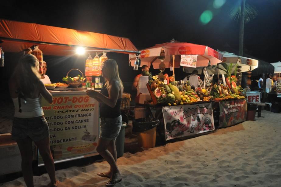 Na areia da Segunda Praia tem Luaus com DJs e musicas variadas.