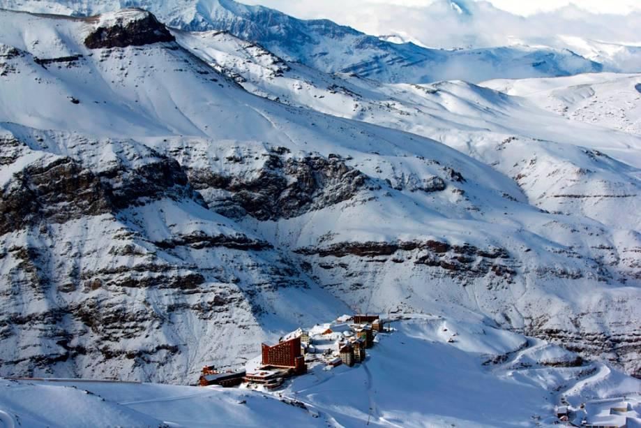 Panorama geral do complexo Valle Nevado no Chile. O complexo conta com três hotéis, restaurantes, bares, um parque de neve e está perto da capital Santiago