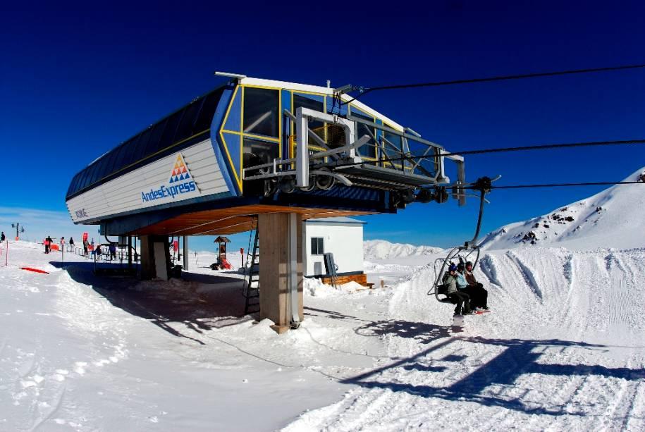 Teleféricos modernos aceleram o transporte de esquiadores montanha acima no resort Valle Nevado