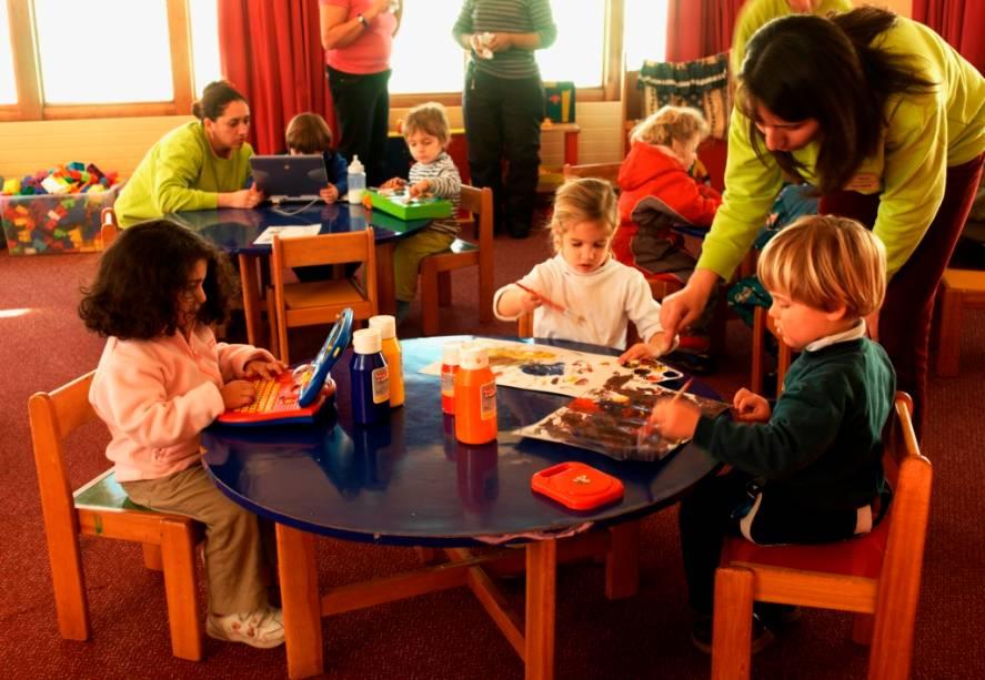 Para famílias com crianças, resorts como o Valle Nevado possuem áreas de lazer com monitores para mantê-los entretidos enquanto os adultos se divertem descendo a montanha.