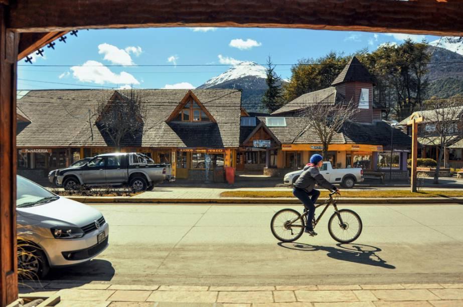 Pedale e caminhe por alguns quarteirões até o centro de Villa La Angostura, seus cafés e chocolaterias artesanais