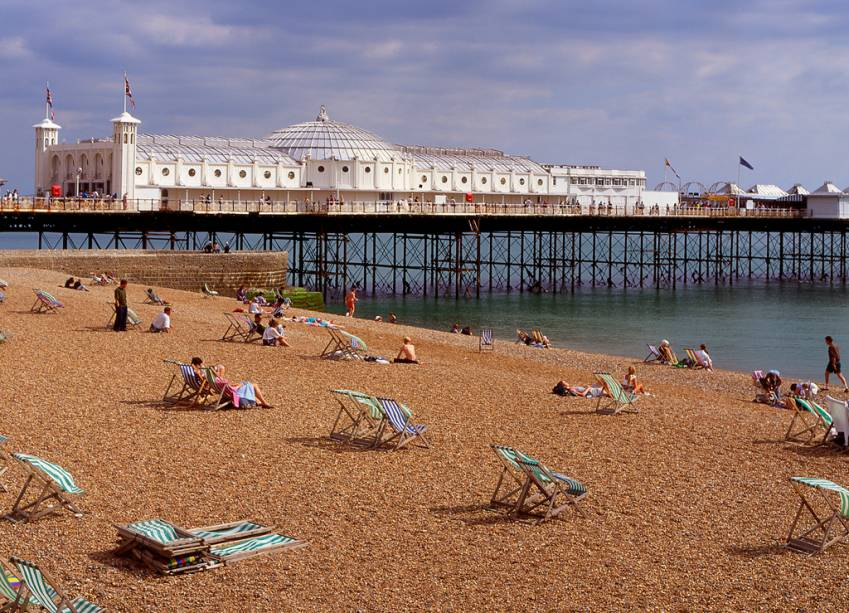 A menos de 100 quilômetros ao sul de Londres, Brighton é um dos spas mais famosos de Londres.  A cidade fica a apenas uma hora de trem de Londres