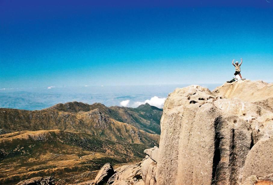 Formação rochosa e vegetação de altitude na Serra das Prateleiras no Parque Nacional do Itatiaia