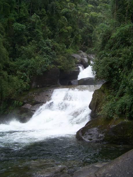 As três cachoeiras baixas da Cachoeira do Itaporani não chamam muita atenção, mas formam uma bela e profunda piscina natural