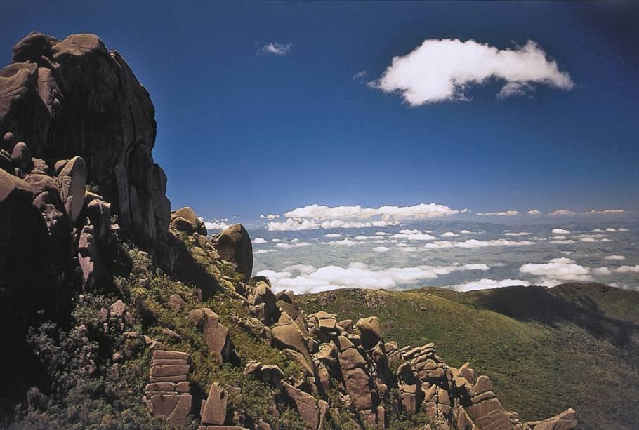 """UMA """"principal"""" hospeda o Maciço das Prateleiras e o Pico das Agulhas Negras, """"inferior"""" Existem cachoeiras e piscinas naturais"""