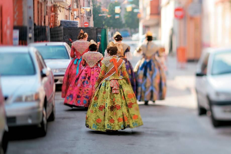 As Falleras, rainhas do Festival Las Fallas, circulam em Valência com os seus trajes típicos.  O evento comemora São José, padroeiro da cidade