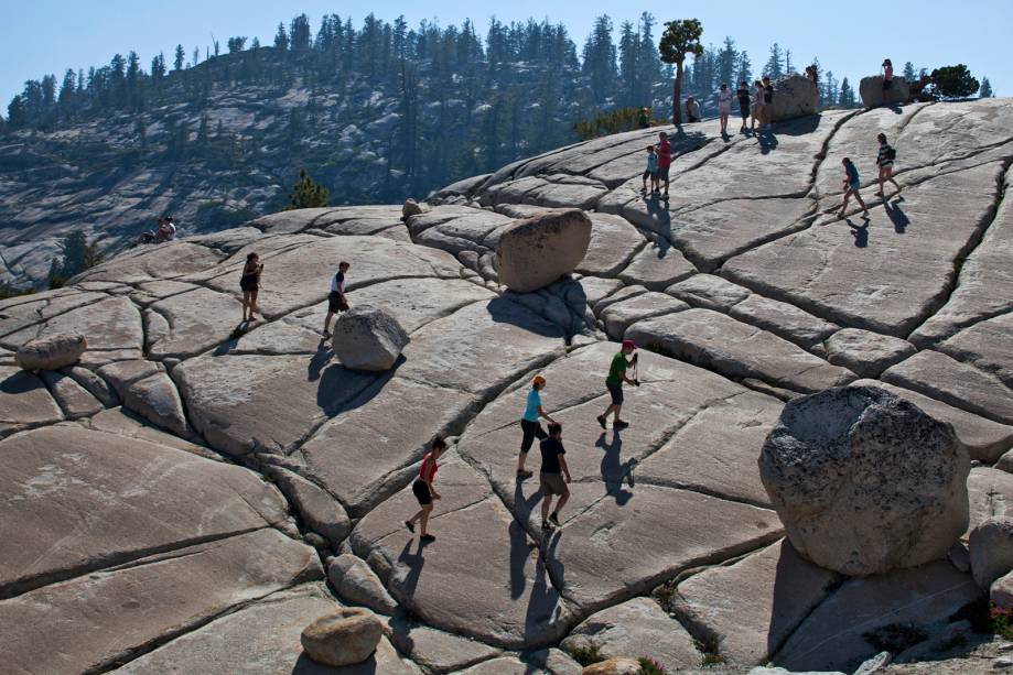 Pedregulhos lutam no Pico Olmsted, no Parque Nacional de Yosemite (EUA).  Uma geleira esculpiu o leito de pedra de 92 milhões de anos aqui, deixando rochas arrancadas de uma montanha próxima enquanto ela recuava.  As rochas, assim como as ranhuras no leito de pedra, apontam o caminho para a geleira