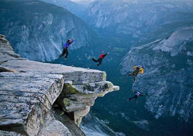 Embora seja ilegal pular do Half Dome, o salto básico é um esporte quente em Yosemite.  Os alpinistas dizem que descer o vale do paraquedas é mais rápido (e mais divertido) do que subir a montanha.