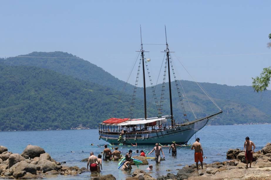 O cruzeiro de escuna é o mais procurado da Ilha Grande e permite que você conheça diversas praias e lagoas.  Se tiver pouco tempo, pode optar pelo percurso de lancha