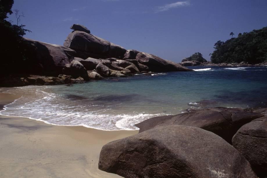 Escalar a pedra mais alta da falésia e pular na piscina abaixo é o maior prazer da praia do Cachadaço, que tem apenas 10 metros de extensão.