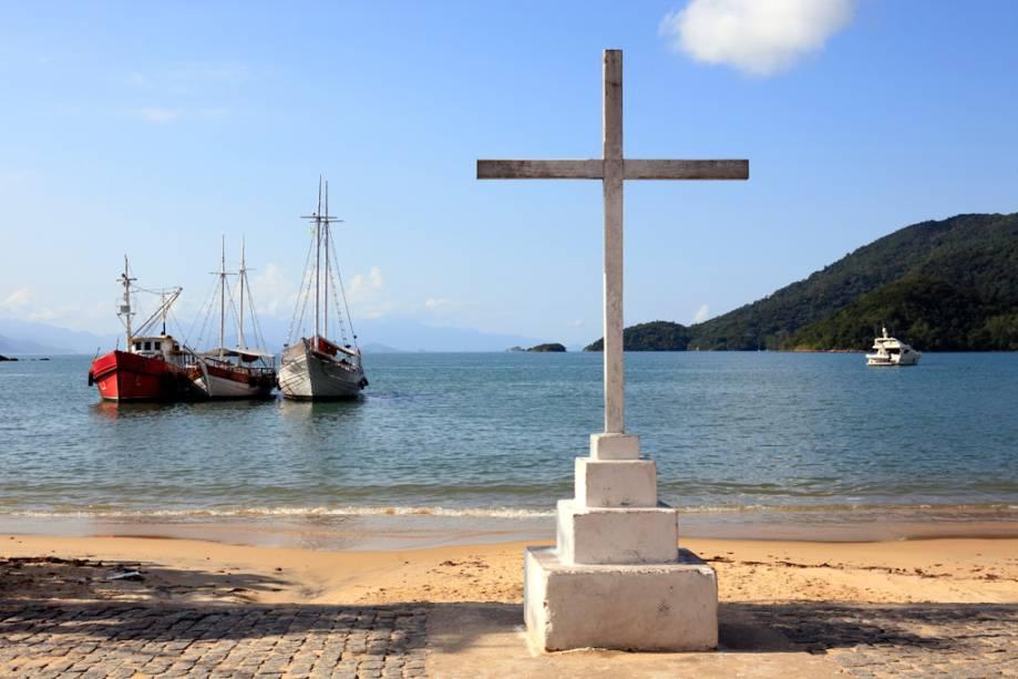 Suja e mal conservada, a Praia do Abraão sofre com as repercussões da vila mais movimentada da ilha, rodeada de pousadas, bares, restaurantes e grande parte do comércio.  Ancoradouro principal, recebe balsas de Angra e Mangaratiba