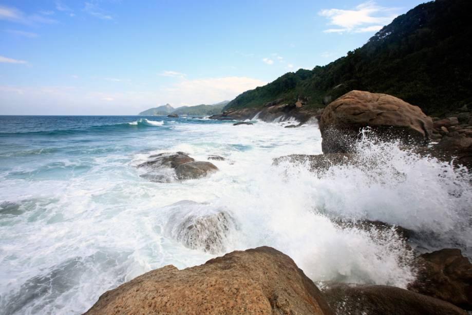 Os barcos que não podem atracar na praia de Lopes Mendes estão localizados perto da Praia dos Mangues, a 20 minutos a pé.