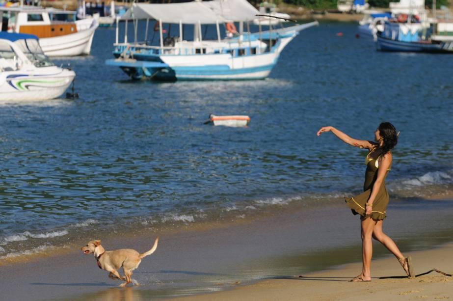 Traslados em lanchas particulares pelas baías e passeios de mochila aos acampamentos são cenas clássicas da Ilha Grande