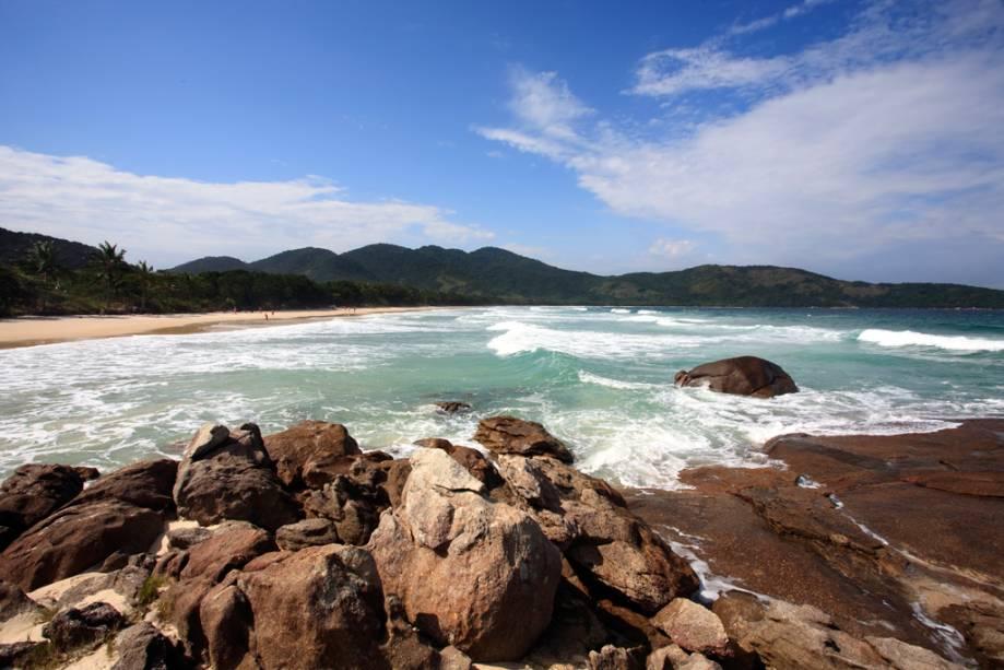 Lopes Mendes é considerada uma das mais belas praias do Brasil e possui areia fina e clara e sombra de amendoeiras.