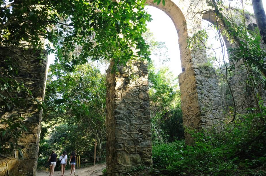 As ruínas do aqueduto do Lazareto, abandonadas na mata, merecem ser vistas pelo seu valor histórico e pela beleza do percurso, que envolve o cruzamento de uma pequena cascata com uma piscina.  O aqueduto abasteceu a agora inválida prisão de Lazareto com água