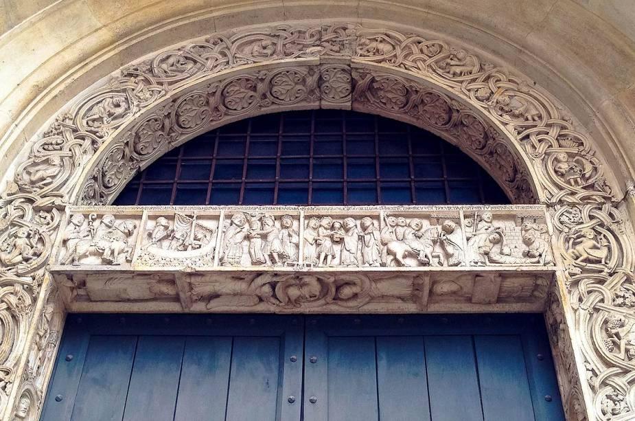 """No lado norte da catedral fica o """"Portão do mercado de peixes"""" (Porta da Pescaria), com relevos inspirados no ciclo das marés e histórias do ciclo artístico"""