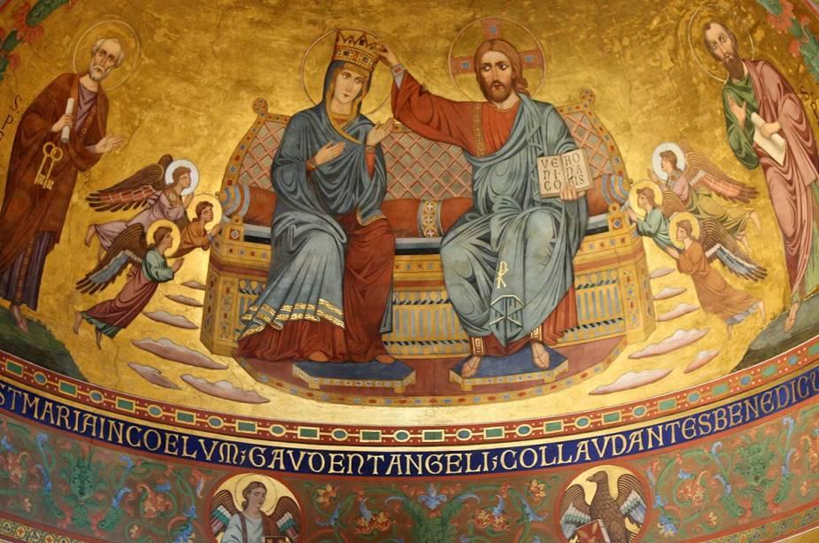 Pinturas medievais da Catedral de Modena;  Já no século XV, a cidade atraiu empresas de todo o Império Romano com a colonização da família Este de Ferrara, que a governou durante 200 anos até ao século XVIII.