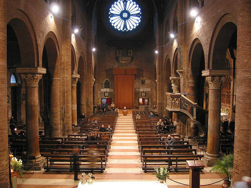 A rosácea no topo da porta da Catedral de Modena ilumina toda a igreja