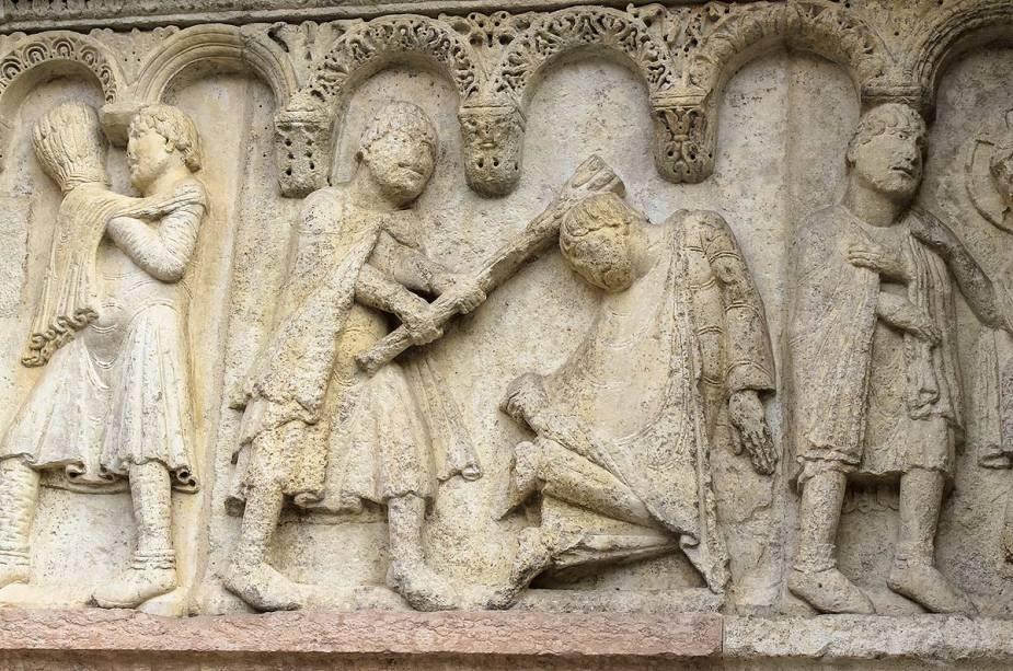 """Detalhes esculpidos nas paredes externas da catedral""""http://viajeaqui.abril.com.br/cidades/italia-modena"""" rel =""""Modena"""" Meta =""""_vazio""""> Modena revela símbolos austeros da Idade Média, época da sua construção"""" class=""""lazyload"""" data-pin-nopin=""""true""""/></div> <p class="""