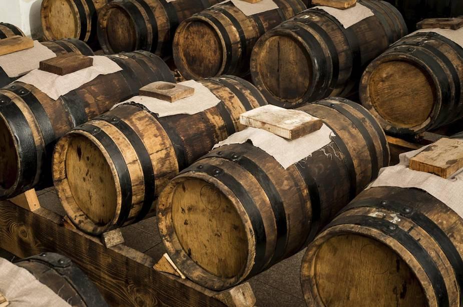 """Os barris contêm ouro negro""""http://viajeaqui.abril.com.br/cidades/italia-modena"""" rel =""""Modena"""" Meta =""""_vazio""""> Modena,""""http://viajeaqui.abril.com.br/paises/italia"""" rel =""""Itália"""" Meta =""""_vazio""""> Itália: vinagre balsâmico.  Aqui o tempero surgiu da redução do suco de uva Trebbiano"""" class=""""lazyload"""" data-pin-nopin=""""true""""/></div> <p class="""