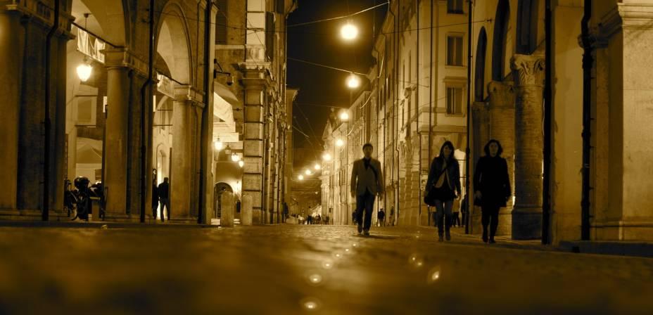 """Os turistas passam""""http://viajeaqui.abril.com.br/cidades/italia-modena"""" rel =""""Modena"""" Meta =""""_vazio""""> Modena à noite;  Pelas ruas da cidade também é possível observar uma Itália que mesmo sem o luxo de""""http://viajeaqui.abril.com.br/cidades/italia-milao"""" rel =""""Milão"""" Alvo =""""_vazio""""> Milão, moderna e sofisticada, com escritórios de design, moda e publicidade em todas as áreas da cidade"""" class=""""lazyload"""" data-pin-nopin=""""true""""/></div> <p class="""