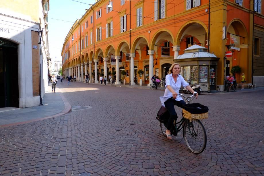"""Os ciclistas vagam pelas ruas de pedra de""""http://viajeaqui.abril.com.br/cidades/italia-modena"""" rel =""""Modena"""" Meta =""""_vazio""""> Modena;  A cidade é plana e, portanto, perfeita para um passeio sobre duas rodas"""" class=""""lazyload"""" data-pin-nopin=""""true""""/></div> <p class="""