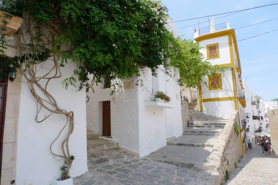 Os habitantes da ilha vivem em aldeias brancas ou casas de pedra