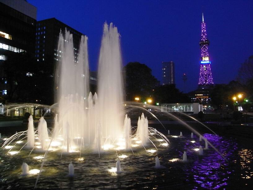 A Avenida Odori Koen, com suas vastas ilhas e jardins, é o centro informal da classe média de Sapporo.  A torre de TV é um dos principais marcos visuais da cidade
