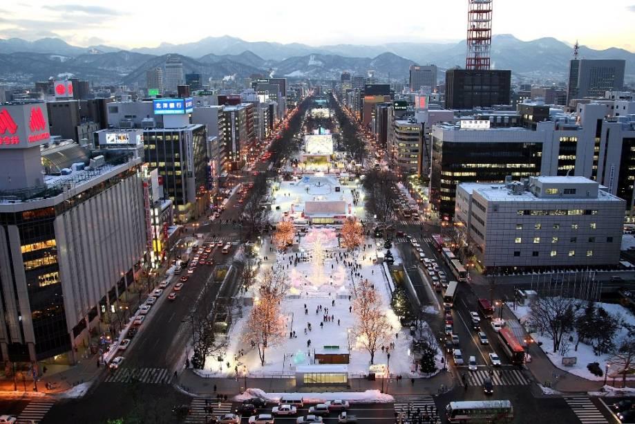 As Olimpíadas de Inverno de 1972 e algumas partidas da Copa do Mundo de 2002 aconteceram em Sapporo.  A Avenida Odori Koen é palco de seus grandes eventos populares, como o Festival da Neve