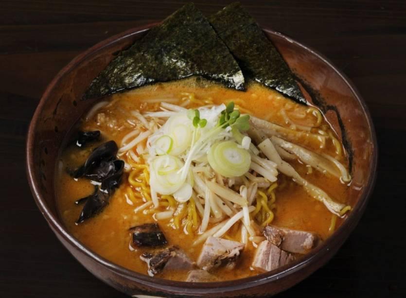 Sapporo Lamen é um macarrão chinês envolto em um forte caldo de missô: pasta de soja com manteiga, fatias de lombo, brotos de feijão, cebolinhas, kanpyo (tiras de abóbora) e alga nori.  É o prato perfeito para o inverno rigoroso no local: quente, calórico e nutritivo