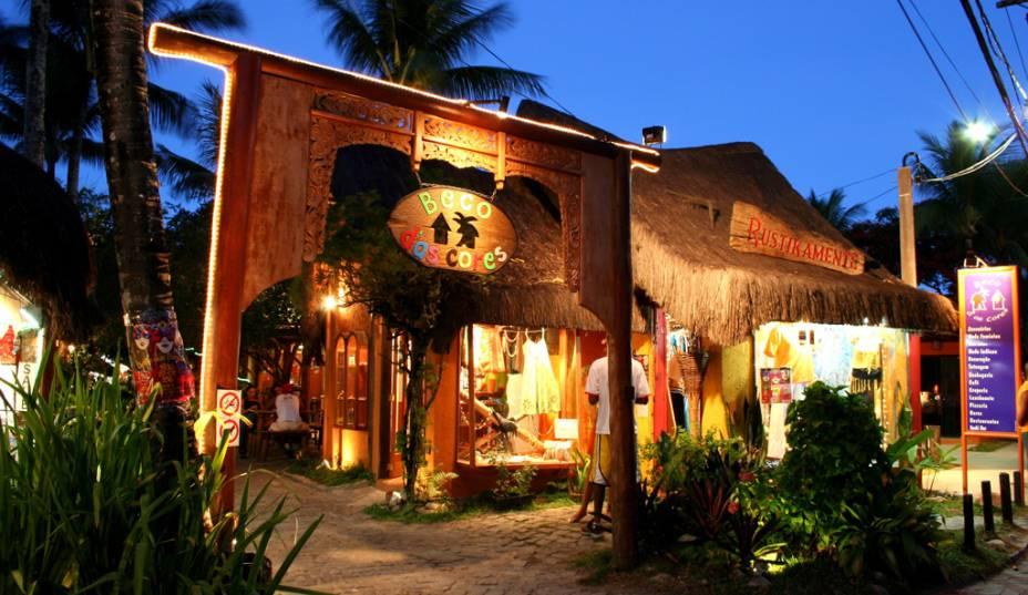 A galeria Beco das Cores, na Rua do Mucugê, rua de paralelepípedos que liga a vila à praia, concentra restaurantes, lojas e pousadas.