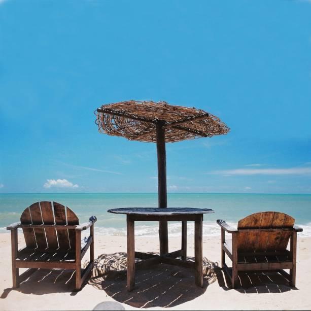 O movimento da Praia do Apaga-Fogo é sempre formidável devido à concentração de hotéis e hostels.  O mar calmo que é absorvido pelos recifes de coral é ideal para a canoagem