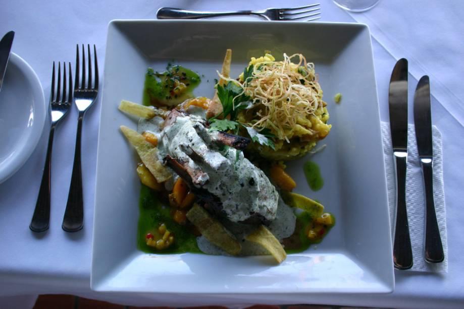 Costeletas de cordeiro são servidas no restaurante do Arraial d'Ajuda Eco Resort