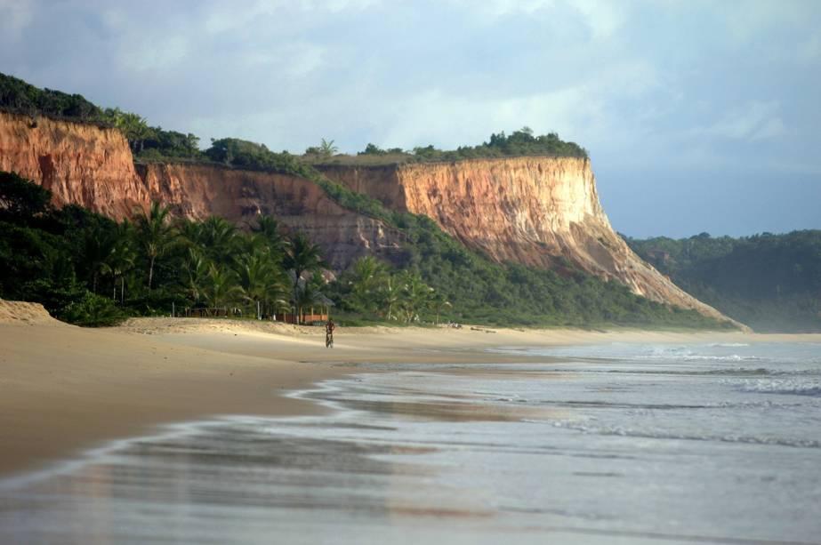 Taípe, a praia mais preservada de Arraial Arraial Dajuda, possui belas falésias próximas à areia e um mar calmo sem falésias visíveis, o que torna o banho mais tranquilo.