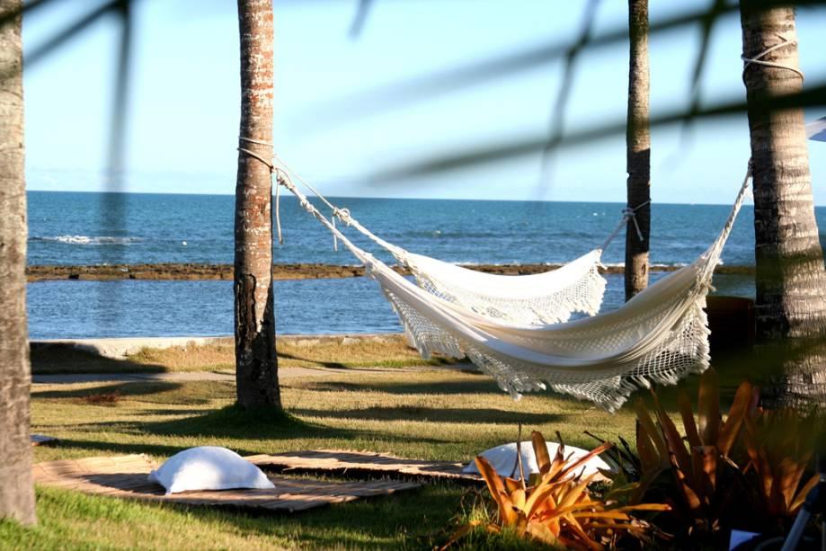 O Arraial dAjuda Eco Resort na Praia do Apaga-Fogo possui uma enorme piscina na praia, quadras e oferece aulas de Tai Chi Chuan e ioga.