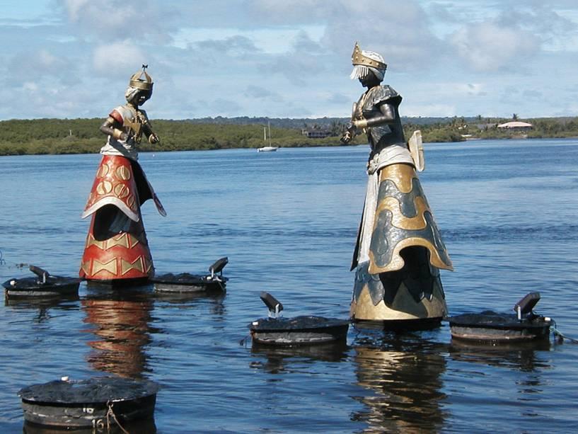 Esculturas de orixás da artista Tati Moreno encontrando o rio Buranhém e o mar na Praia Apaga-Fogo