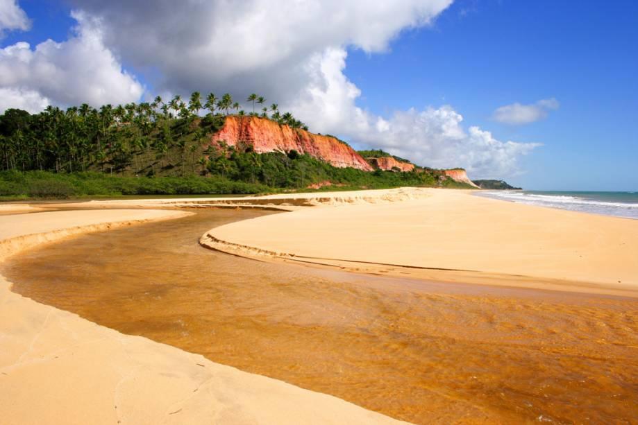 Praia de Taípe permanece quase deserta em trechos distantes das barracas
