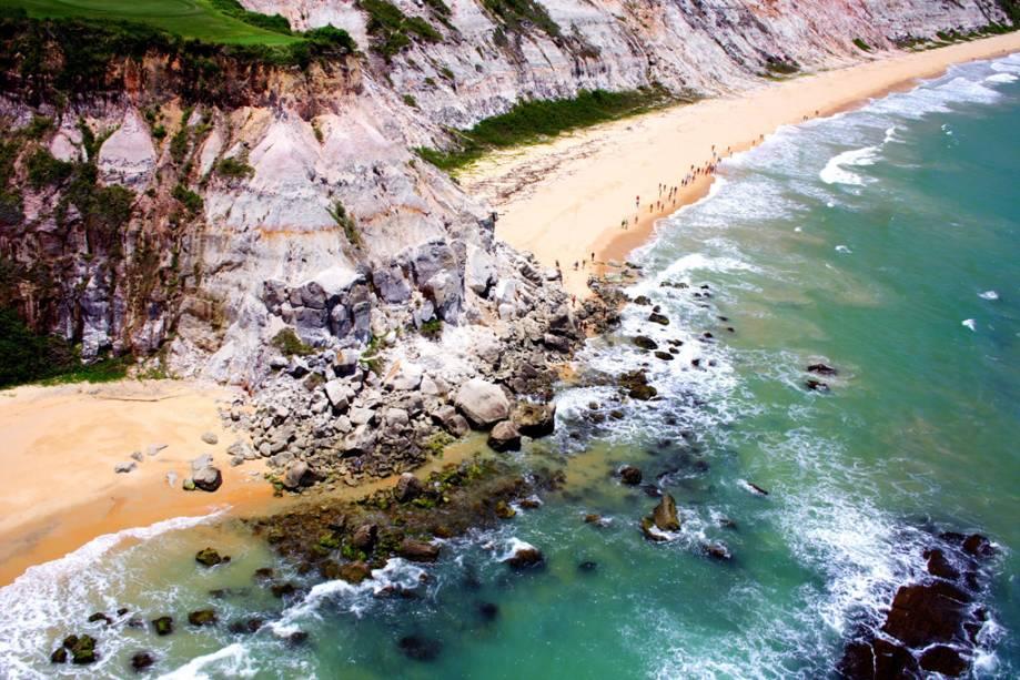 O acesso à praia do Taipe pode ser feito de quadriciclo.  O passeio começa por terra em estradas de terra e caminhos em meio a mata fechada até a orla