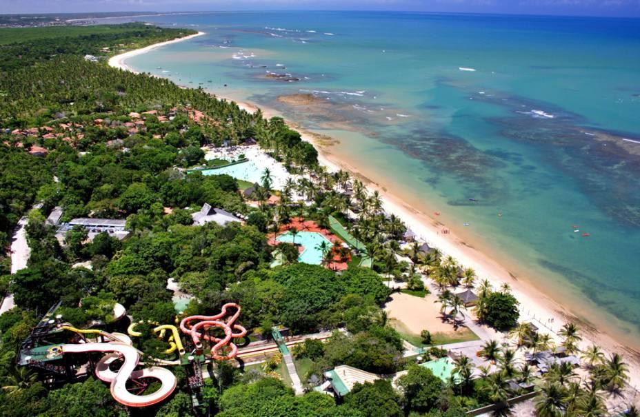 Vista aérea do ecoparque Arraial d'Ajuda com grandes piscinas, rio e cinco toboáguas