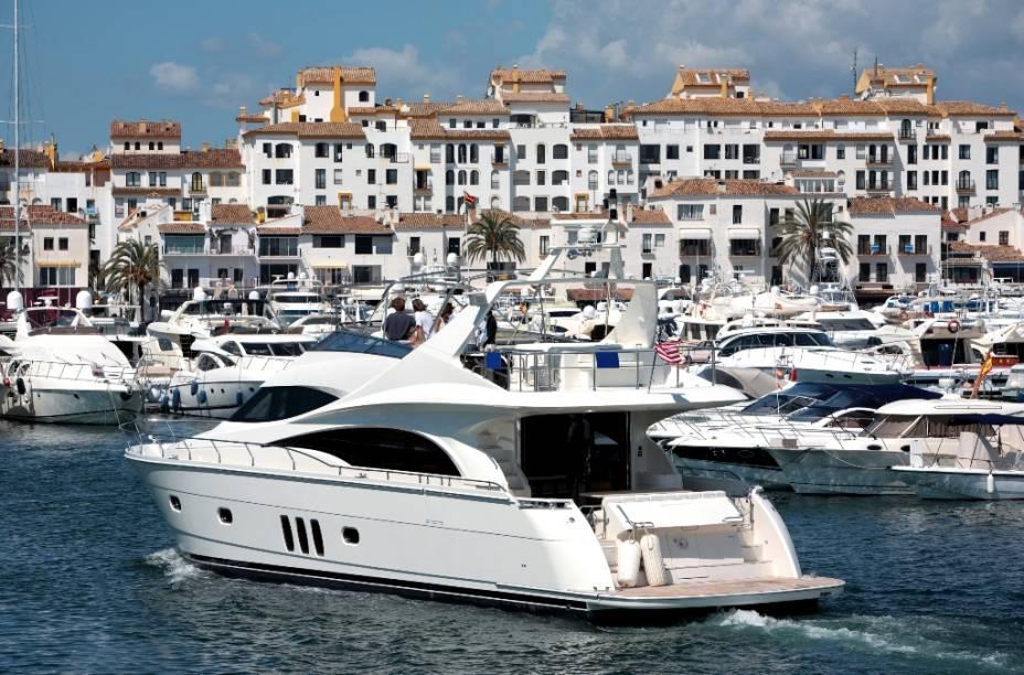 Algumas décadas atrás, Puerto Banus era uma bela e pacífica vila de pescadores perto de Marbella.  Hoje, o movimentado porto atrai milionários, atletas e suas lanchas e iates.