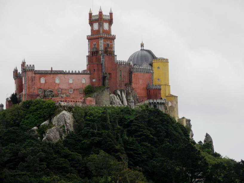 O enorme e colorido Palácio da Pena foi construído no século XIX na Serra de Sintra, a 500 metros acima do nível do mar