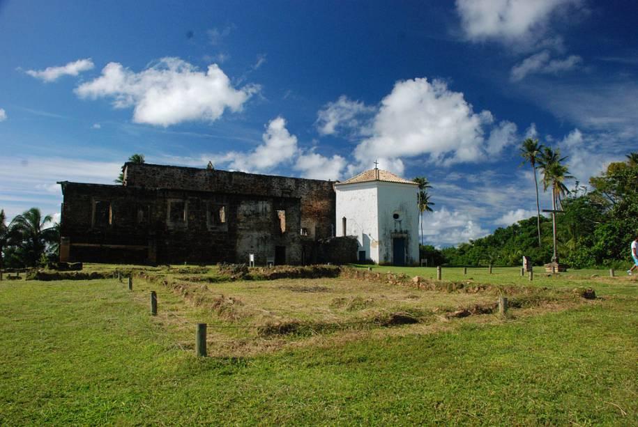 O Castelo Garcia DÁvila, uma das primeiras fortificações brasileiras, tem traços medievais e foi construído com grandes blocos de pedra