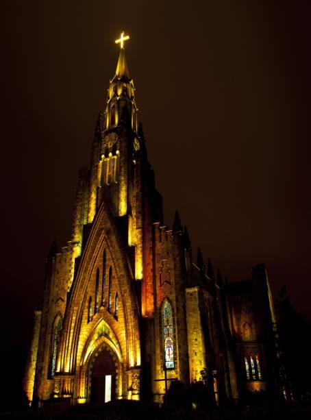 """Construído no estilo gótico inglês""""http://viajeaqui.abril.com.br/estabelecimentos/br-rs-canela-atracao-igreja-matriz-de-ns-de-lourdes"""" rel =""""Igreja Matriz de Nossa Senhora de Lourdes"""" Meta =""""_vazio""""> A igreja matriz de Nossa Senhora de Lourdes é conhecida na cidade como Igreja de Pedra"""" class=""""lazyload"""" data-pin-nopin=""""true""""/></div> <p class="""