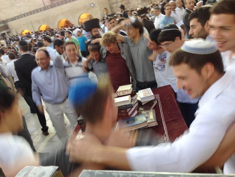 A chegada do Shabat é um motivo de celebração no Muro das Lamentações em Jerusalém