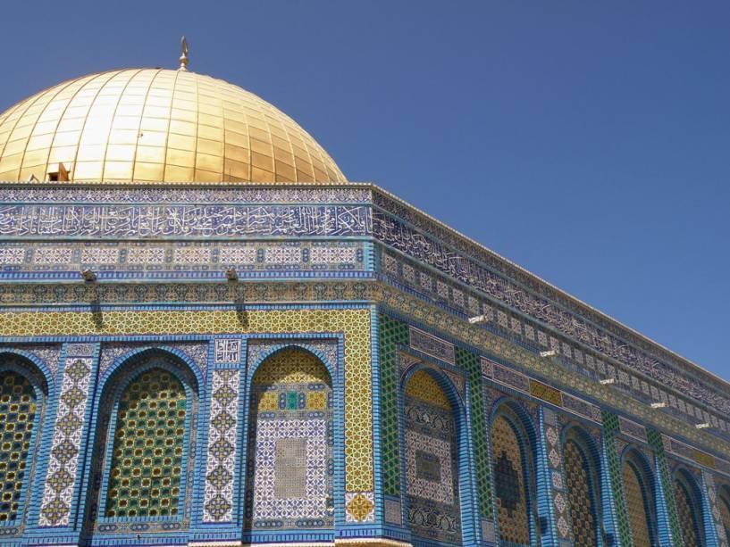 A Cúpula da Rocha em Jerusalém, com sua caligrafia e magnífica cúpula dourada, é um dos edifícios mais bonitos da cidade
