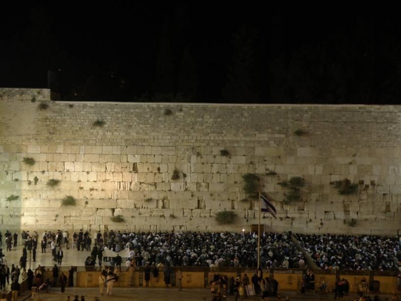 O Muro das Lamentações, também conhecido como Muro das Lamentações, é o único remanescente do Segundo Templo e o local mais sagrado para os judeus